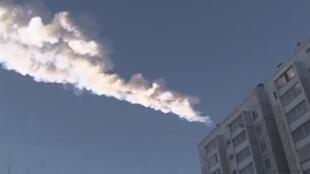 Plan fixe d'une vidéo tournée dans la ville de Chelyabinsk, dans l'Oural, touchée par l'explosion d'une mététorite ce vendredi 15 février 2013 au matin.
