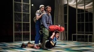 La pièce «À l'abordage», mise en scène par Clément Poirée et réécrite par Emmanuelle Bayamack-Tam.