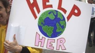 «Aidez-la», la planète: un message envoyé lors de manifestations dans le monde entier dimanche à l'attention des chefs d'Etat et des patrons réunis ce mardi au Sommet sur le climat, au siège des Nations unies à New York.