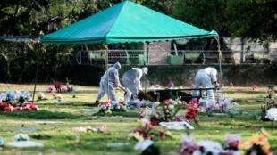 Au cimetière Jardin del Recuerdo à Managua, Nicaragua le 20 mai 2020.