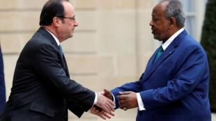 Rais wa Ufaransa, François Hollande akisalimiana na rais wa Djibouti Ismail Omar Guelleh kwenye Ikulu l'Elysée. Tarehe 28 Februari 2017.