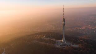 Une vue du mont Avala qui domine Belgrade en Serbie, lors d'un épisode de pollution massive de l'air aux fines particules. (Photo d'illustration)