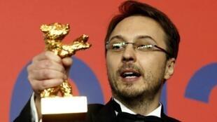 "Đạo diễn Rumani Calin Peter Netzer với Giải Gấu Vàng cho bộ phim ""Pozitia Copilului""."