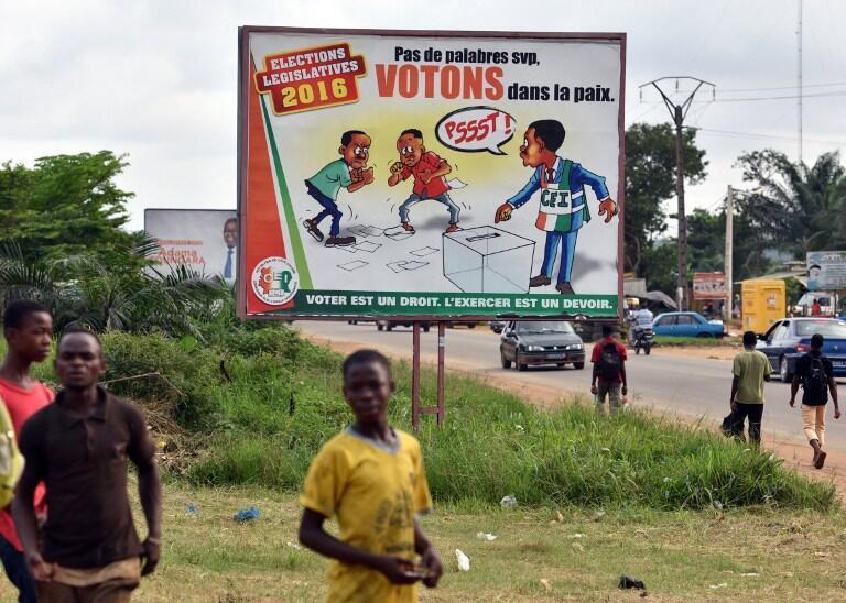 Un panneau disposé dans une rue d'Abidjan, le 17 décembre, incitant les Ivoiriens à voter en paix, après les divers incidents qui ont eu lieu en fin de campagne.
