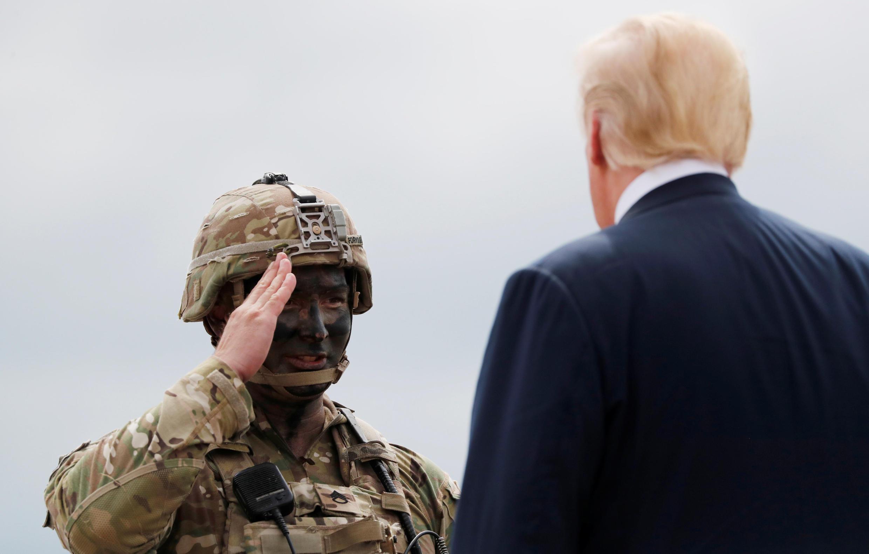 Un soldat salue Donald Trump lors de la visite du président américain sur la base de Fort Drum, le 13 août 2018.