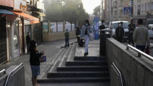 Estación de metro en un barrio de Madrid bajo confinamiento parcial