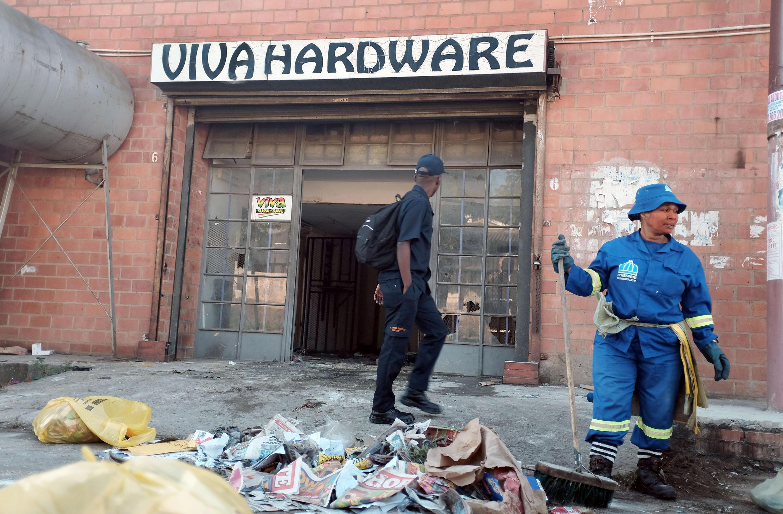 Timu ya maafisa wa usafi ya Manispaa ya Durban baada ya vijana wa Afika kusini kupora doka moja la mfanyabishara kutoka Somaliai, Durban, Aprili 10 mwaka 2015.