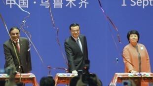 O vice-primeiro-ministro chinês, Li Keqiang (centro) participou da abertura da 1ª Expo China-Eurásia em Urumqi, capital da Região Autônoma Uigur de Xinjiang, no noroeste da China.