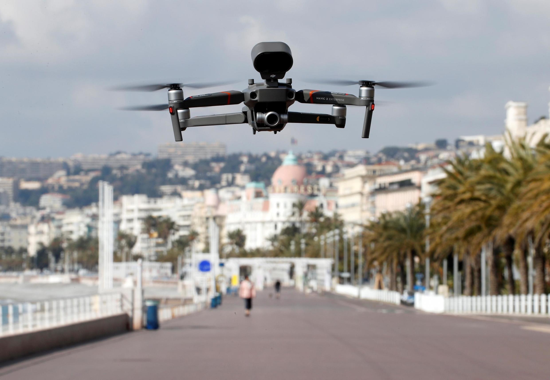 Un drone utilisé sur la promenade des Anglais pour faire respecter les mesures de confinement, à Nice, en France.