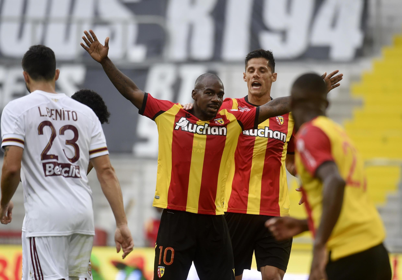 Le milieu de terrain de Lens Gaël Kakuta (c) félicité par ses coéquipiers après son but face à Bordeaux au stade Bollaert, le19 septembre 2020