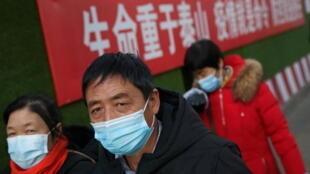 """图为疫情下的北京市民。世卫组织新冠溯源调查团2021年1月5日前往北京的计划""""因技术问题""""受阻。"""