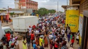 Centenas de pessoas em Luanda, 2 de Abril