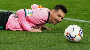 El delantero argentino del Barcelona, Lionel Messi, mira el balón durante el partido de fútbol de la liga española entre el Real Valladolid FC y el FC Barcelona en el estadio José Zorilla de Valladolid el 22 de diciembre de 2020
