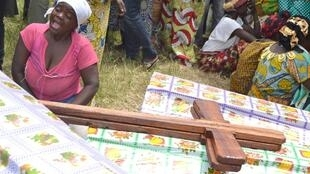 Familia za watu wakiomboleza jamaa waliouawa mjini Beni, tarehe 9 mei 2015.