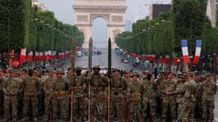 Ensaios para o desfile militar do 14 de julho na Champs Elysées onde um forte esquema de segurança está sendo preparado.