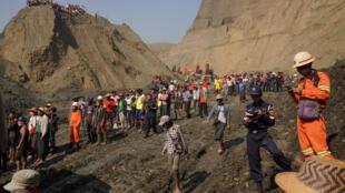 Le glissement de terrain dans la mine de jade a fait une cinquantaine de morts à Hpakant, en Birmanie, le 23 avril 2019. La population locale est en train de participer aux recherches.