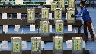 O partido do primeiro-ministro Shinzo Abe é anunciado pela imprensa como o grande vencedor das eleições legislativas deste domingo.