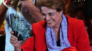 Tổng thống bị đình chỉ Dilma Rousseff gặp mặt các  phụ nữ ủng hộ dân chủ, Sao Paulo, Brazil, 08/07/2016.
