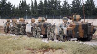 Un convoi de militaires turcs, le long de la frontière entre la Turquie et la Syrie. Depuis la prise de Tel-Abyad par les jihadistes, la sécurité a été renforcée.