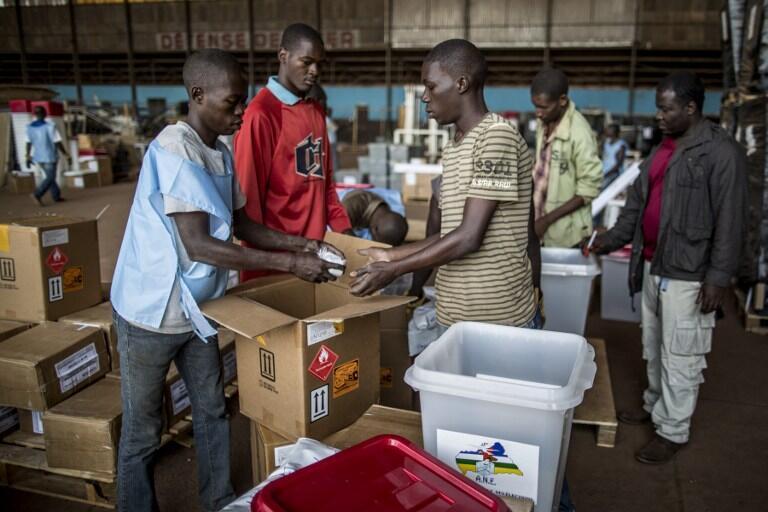 Des agents de la commission électorale préparent le matériel de vote à l'aéroport de Mpoko pour le référendum du 13 décembre 2015, à Bangui.