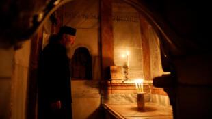 Un cura ortodoxo en el interior del recientemente restaurado Edículo de la tumba de Jesucristo. Jerusalén, 20 de marzo de 2017.