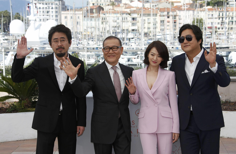Đạo diễn Hàn Quốc- Na Hong Jin (trái) và đoàn làm phim họp báo tại Cannes ngày 18/05/2016.