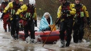 Bombeiros trabalham no resgate de vítimas das inundações no sudoeste do Reino Unido.