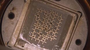 La structure imaginée par les chercheurs de l'université Stanford contraint les gouttelettes en suspension, préalablement injectées dans un bain d'huile, à emprunter un chemin précis.