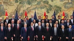 美國財長姆努欽2019年2月15日在推特上載一張中美貿易代表團的集體照。