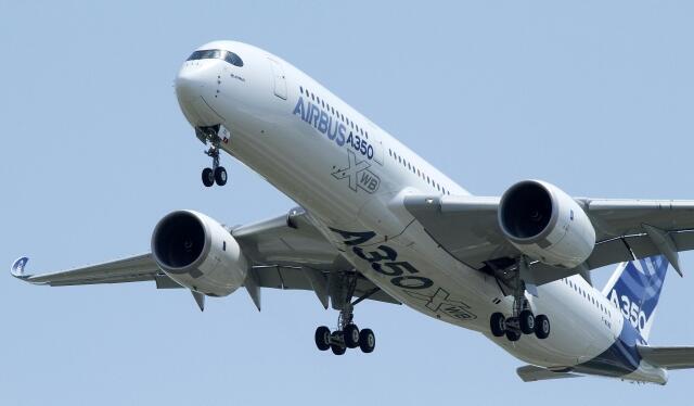 А350 пролетел над салоном в Ле Бурже. Он ещё не сетрифицирован и не имеет права приземляться в аэропортах.