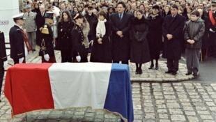 Relatives of former President François Mitterrand (L to R), Danielle Mitterrand, Jean-Christophe Mitterrand, Mazarine Pingeot, Anne Pingeot, Gilbert Mitterrand and Adrien Mitterrand at his funeral on Jan. 11, 1996