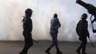 Les gaz poivrés des lacrymogènes de la police ont dispersé la manifestation de l'opposition réclamant plus de transparence dans la gestion du dossier gazier, Dakar vendredi 14 octobre 2016.