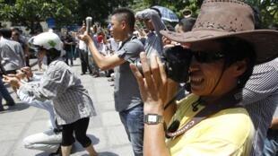 Trong số những người chụp ảnh cuộc biểu tình phản đối Trung Quốc tại Hà Nội ngày 22/07/2012, có cả những blogger như JB Nguyễn Hữu Vinh.