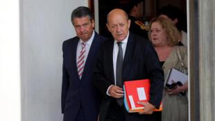 Ngoại trưởng Pháp Jean-Yves Le Drian (P). Ảnh ngày 30/08/2017, trước điện EsLysée.