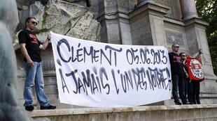 Left-wingers wavea banner in tribute to Clément Méric three days after his death