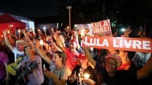 Des soutiens de l'ex-président Lula veillent devant le siège de la Police fédérale de Curitiba, le 31 août 2018, au Brésil.