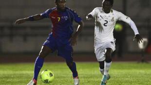 David Silva (à esquerda), de Cabo Verde, disputa a bola com Samuel Inkoom, do Gana (à direita)