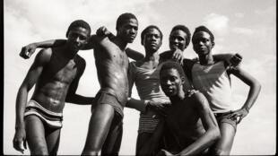 Malick Sidibé : « A la plage » (1974). Tirage gélatino-argentique. 51 x 61 cm. Courtesy galerie du jour agnès b.