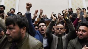 """طرفداران عبدالله عبدالله، رقیب انتخاباتی اشرف غنی در انتخابات، پس از اعلام نتایج نهایی انتخابات ریاست جمهوری، در کاخ """"سپیدار"""" در کابل، اجتماع کردند. سهشنبه ٢٩ بهمن/ ١٨ فوریه ٢٠٢٠"""
