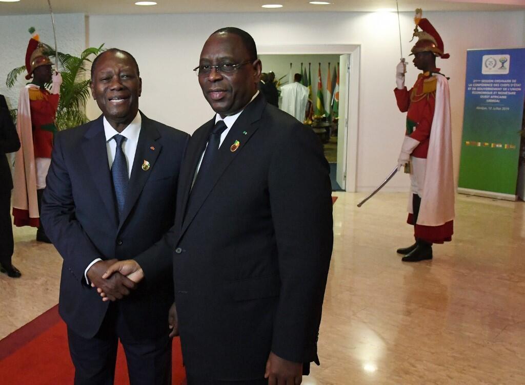 Le président ivoirien et de l'UEMOA Alassane Ouattara accueille son homologue Macky Sall, le 12 juillet 2019, à Abidjan.
