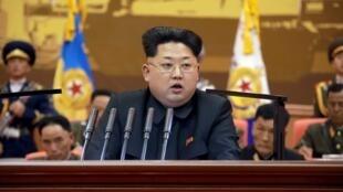 Kim Jong Un phát biểu với giới sĩ quan quân đội, ảnh được công bố hôm 26/04/2015 - Reuters