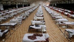 Des lits à l'intérieur d'un hôpital de fortune où installation de quarantaine a été récemment construites pour les patients atteints du Covid-19 à Mumbai, Inde, le 11 juin 2020.