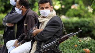Un soldat loyal au rebelles houthis yéménites participe à une action de sensibilisation aux dangers du coronavirus, le 14 mai 2020 à Sana'a.