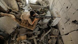Soldados do regime sírio continuam a lutar com extremistas do grupo Estado Islâmico em todos o país. Raqqa, 11 de agosto de 2017.