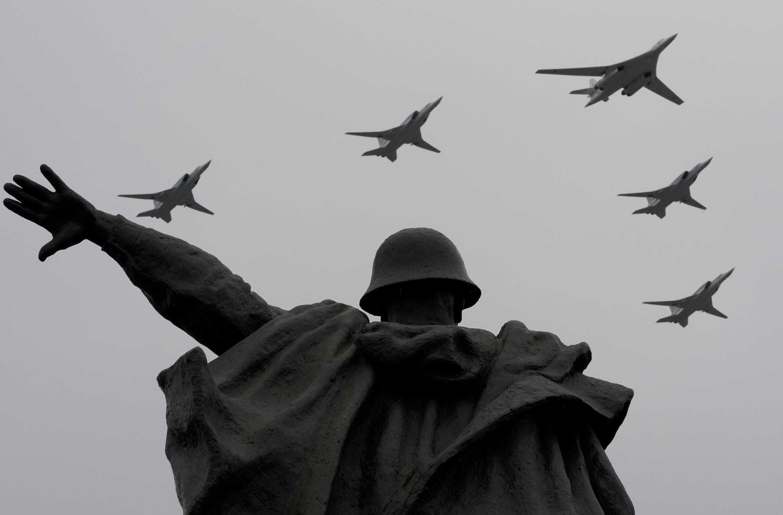 Самолеты во время авиационного парада над Москвой 9 мая 2020 года (иллюстрация)
