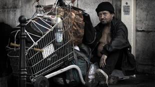 Grâce à l'opération «1001 radios dans la rue», des radios sont distribuées aux sans-abri dans plusieurs villes de France pendant les fêtes de fin d'année.
