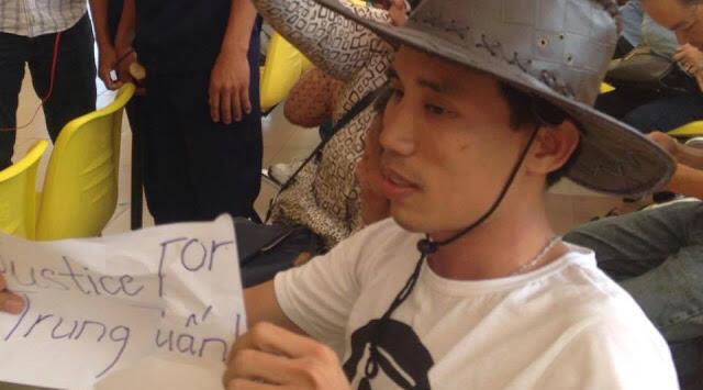 Anh Hoàng Đức Bình trong phiên toà xử án em Nguyễn Mai Trung Tuấn tại Long An. (Ảnh: CTV Danlambao)