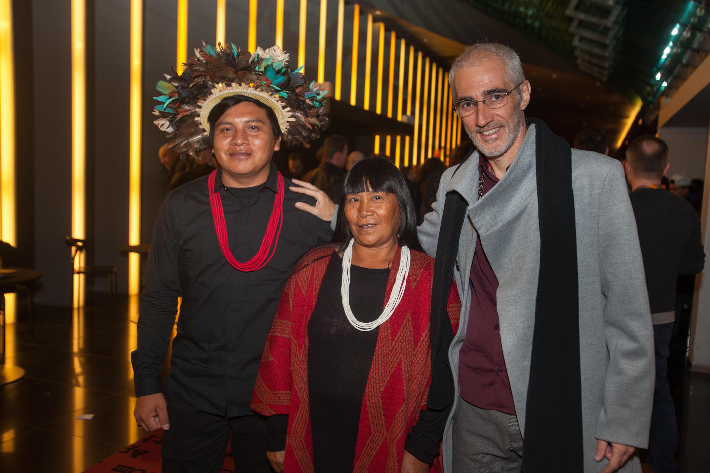 O diretor Luiz Bolognesi (d) na Berlinale acompanhado de dois membros da tribo Paiter Suruí para a apresentação do documentário Ex-Pajé em Berlim