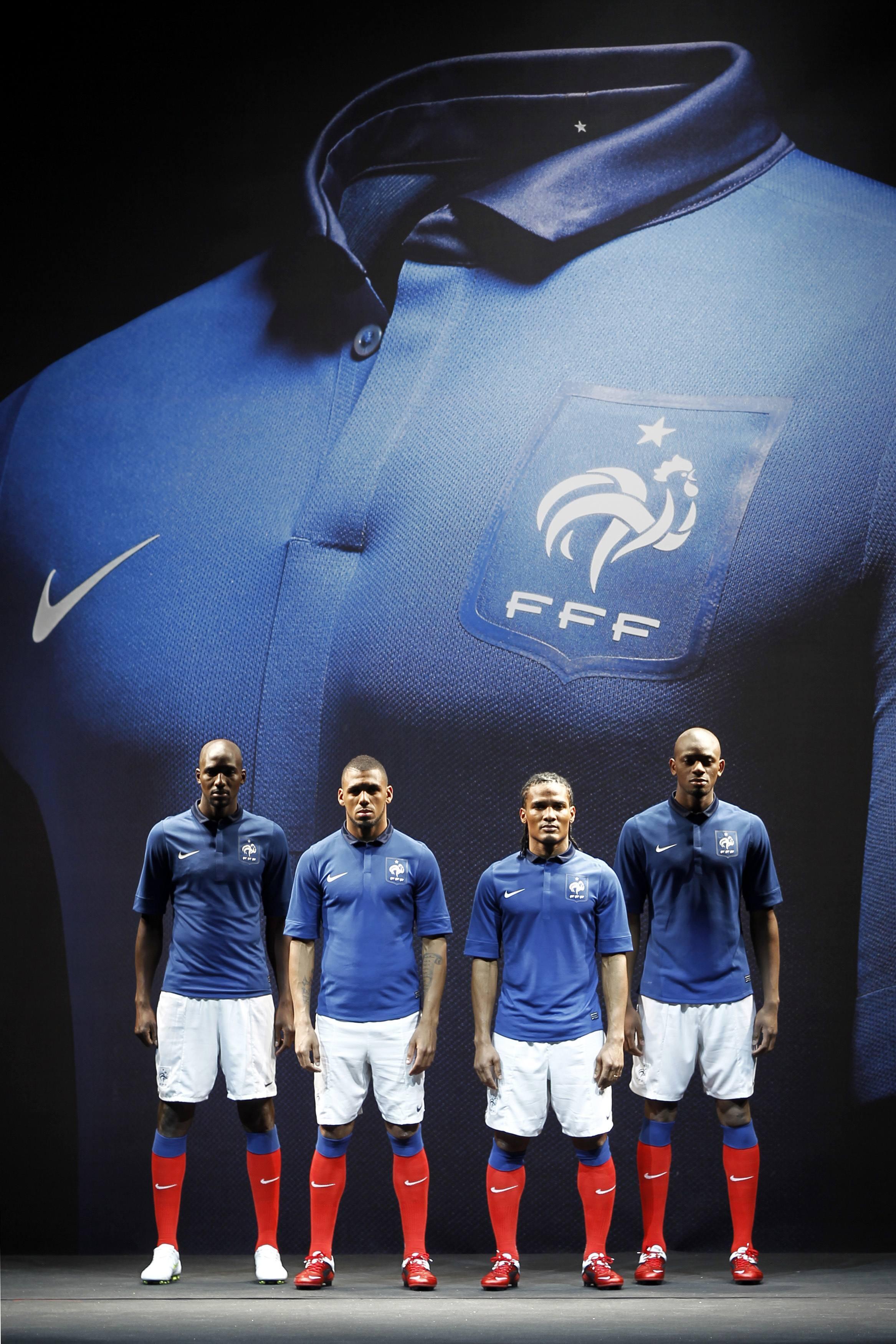 Quatro jogadores franceses viveram um dia de manequim. A vontade nas poses para foto, Abou Diaby, Alou Diarra, Yann M'vila e Florent Malouda disseram que gostaram do novo modelo retrô da camisa da seleção.