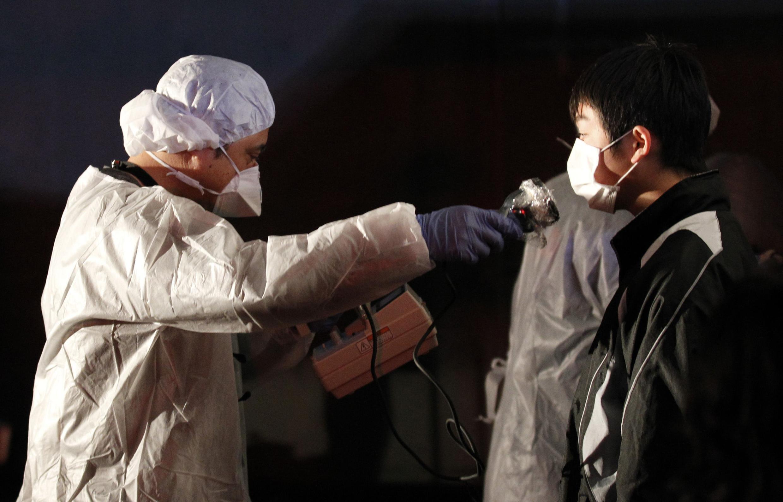 Diariamente, os funcionários da Tepco são submetidos a testes de radiação na usina que ainda tem problemas de falta de eletricidade.